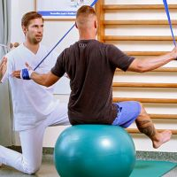 Physiotherapie Patient bei Übungen